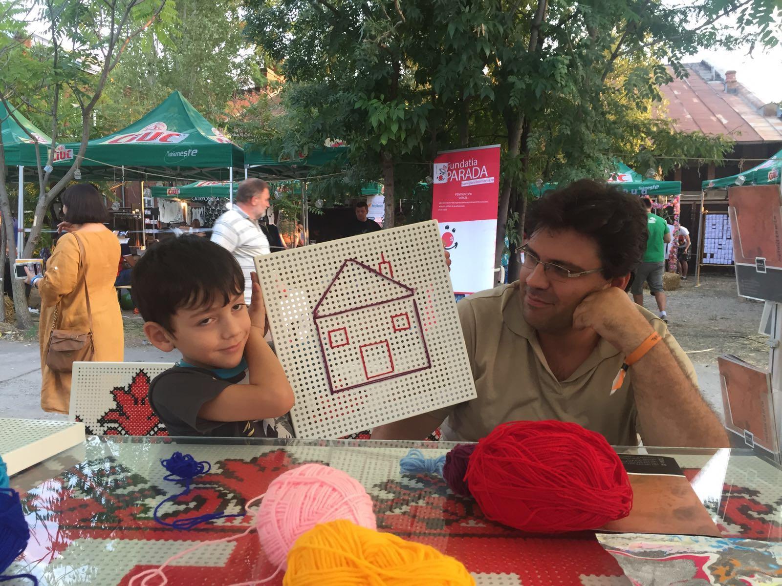 participantii-la-atelierul-de-cusut-pe-tabla-de-otel