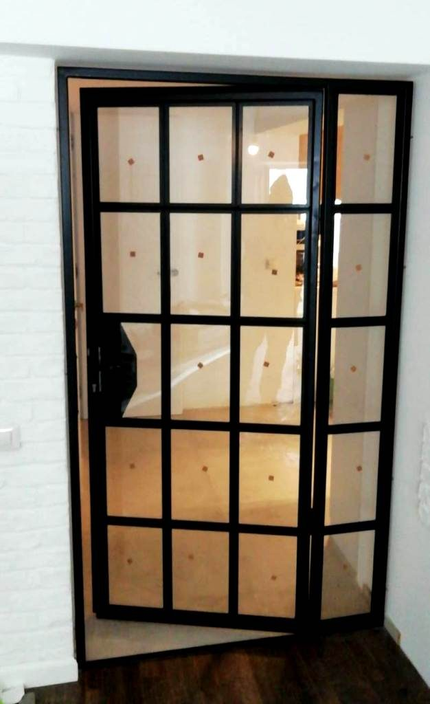 usa interior din sticla si metal